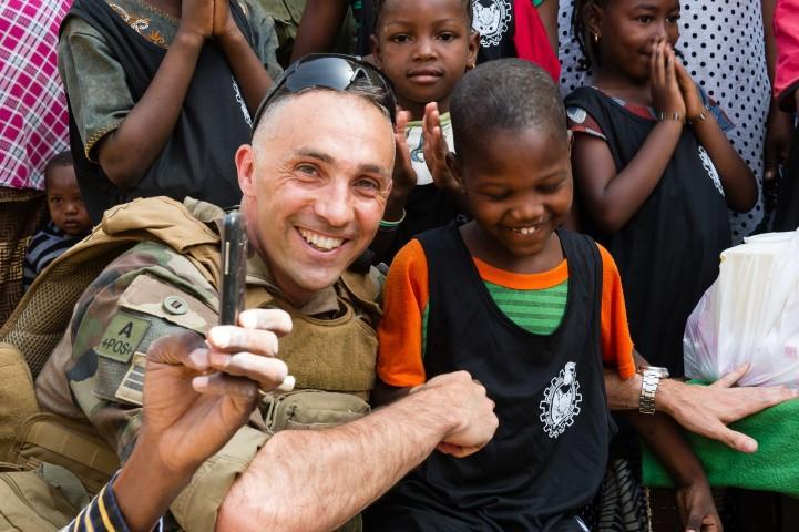 Très belles photos de soldats varois dans la fournaise malienne   Notre envoyé spécial a suivi, à Gao, les militaires varois de l'opération Barkhane. Entre humanitaire et sécurisation, une guerre pour la paix. Immersion. 10-08-2015-09-14-08