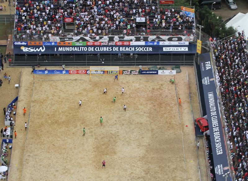 Velasquez, Portillo y Guardado en el Mundialito de Clubes 2011. PlayaFutbol-MC2011-Estadio1