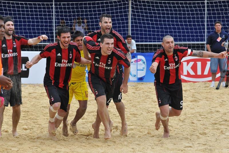 Velasquez, Portillo y Guardado en el Mundialito de Clubes 2011. PlayaFutbol-MC2011-Portillo2