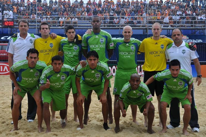 Velasquez, Portillo y Guardado en el Mundialito de Clubes 2011. PlayaFutbol-MC2011-Velasquez1
