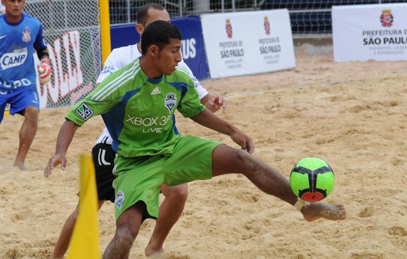 Velasquez, Portillo y Guardado en el Mundialito de Clubes 2011. PlayaFutbol-MC2011-Velasquez2