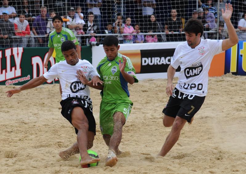 Velasquez, Portillo y Guardado en el Mundialito de Clubes 2011. PlayaFutbol-MC2011-Velasquez3