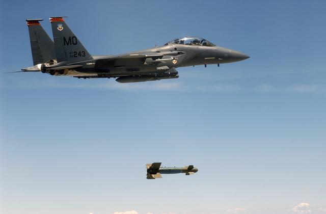 الأسلحة الذكية ثورة الصناعات الدفاعية  Gbu-15_scw_154
