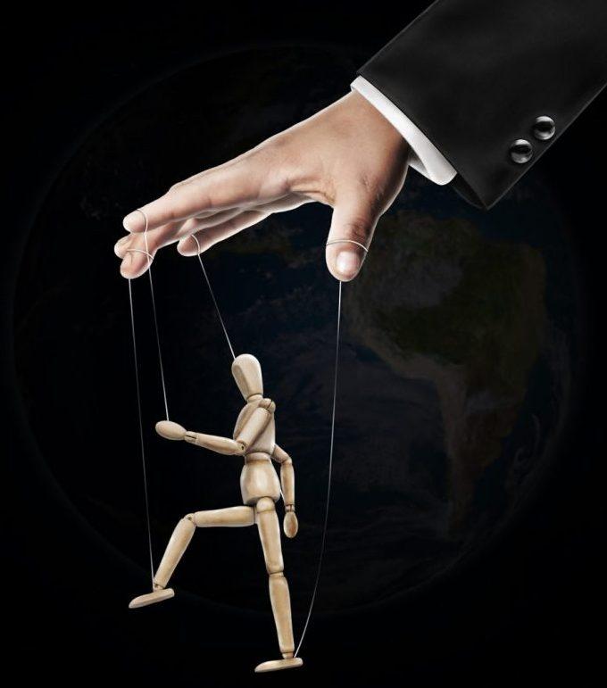 Comment reconnaître une personne manipulatrice ? Manipulateurs-e1465501000799