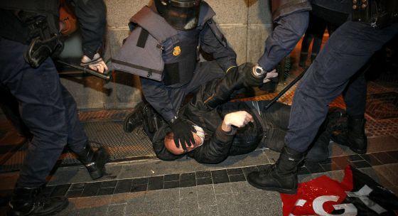 Violenta carga y 9 detenidos en Madrid 1328902557_239263_1328908756_noticia_normal