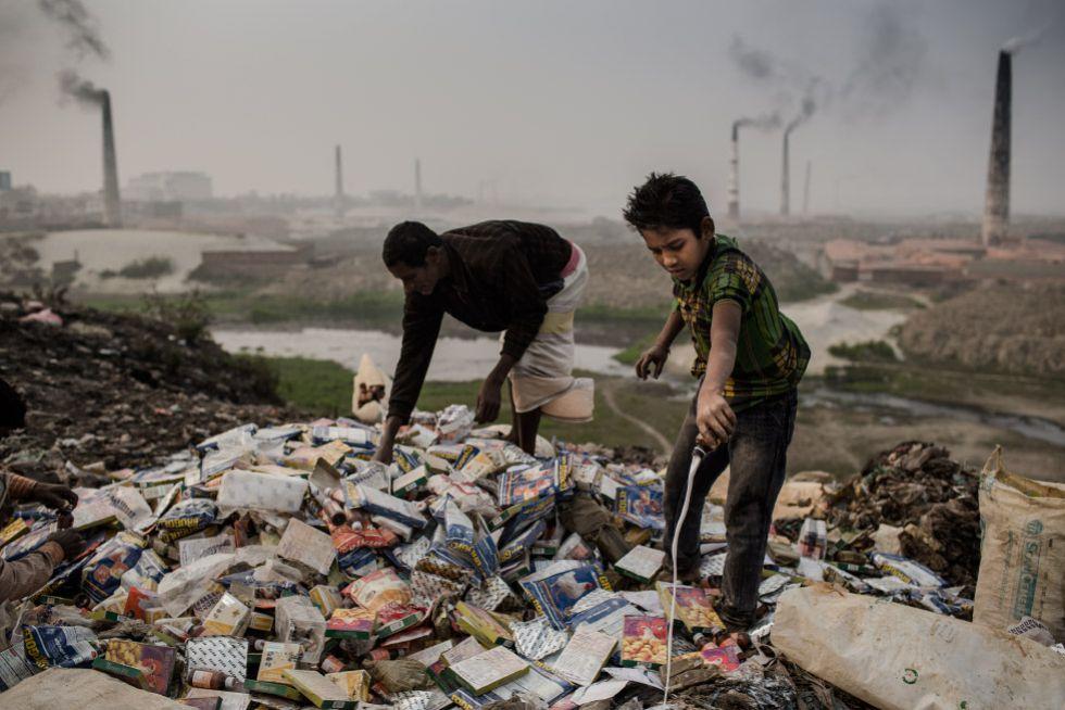 """ASESINOS - En Bangladesh, los asesinos del """"prêt-à-porter"""". La máquina de coser del mundo. 1401379549_064241_1401469870_sumario_grande"""