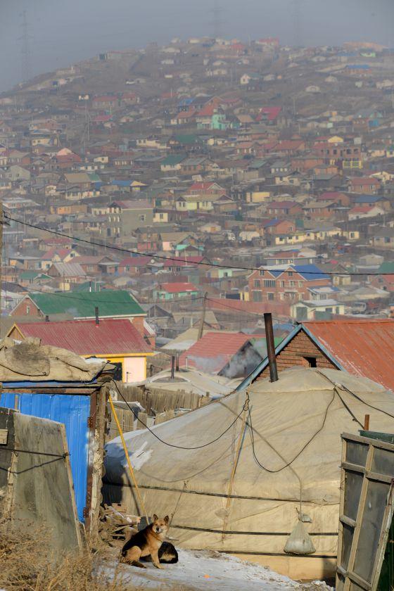 Mongolia: Votaciones, capitales extranjeros, minería del oro... salarios inferiores a 200 €. 1425044316_693763_1425053796_sumario_grande