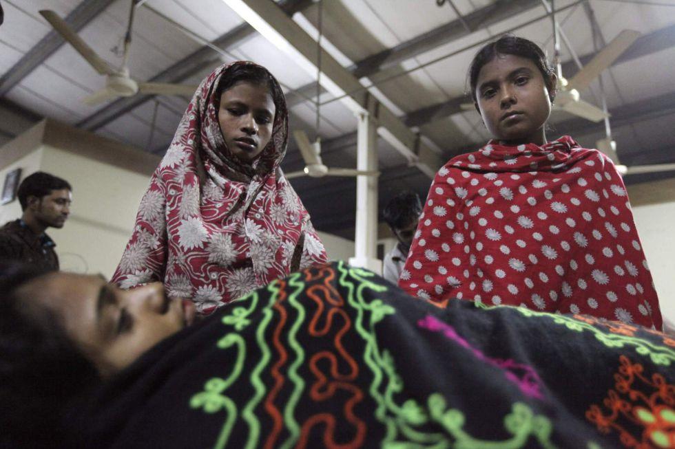 """ASESINOS - En Bangladesh, los asesinos del """"prêt-à-porter"""". La máquina de coser del mundo. 1353822151_461933_1353822680_sumario_grande"""