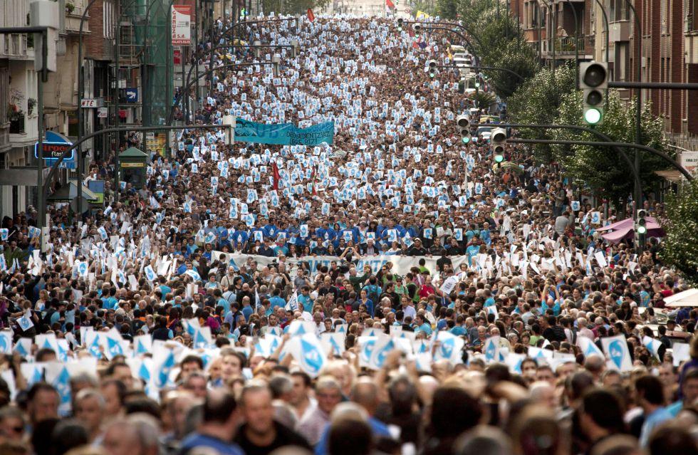 """Euskal Herria: Una multitud exige """"respeto a los derechos"""" de presos y exiliados. [vídeo] 1380998916_284082_1380999312_album_normal"""