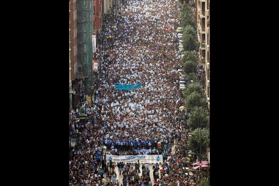 """Euskal Herria: Una multitud exige """"respeto a los derechos"""" de presos y exiliados. [vídeo] 1380998916_284082_1381000360_album_normal"""
