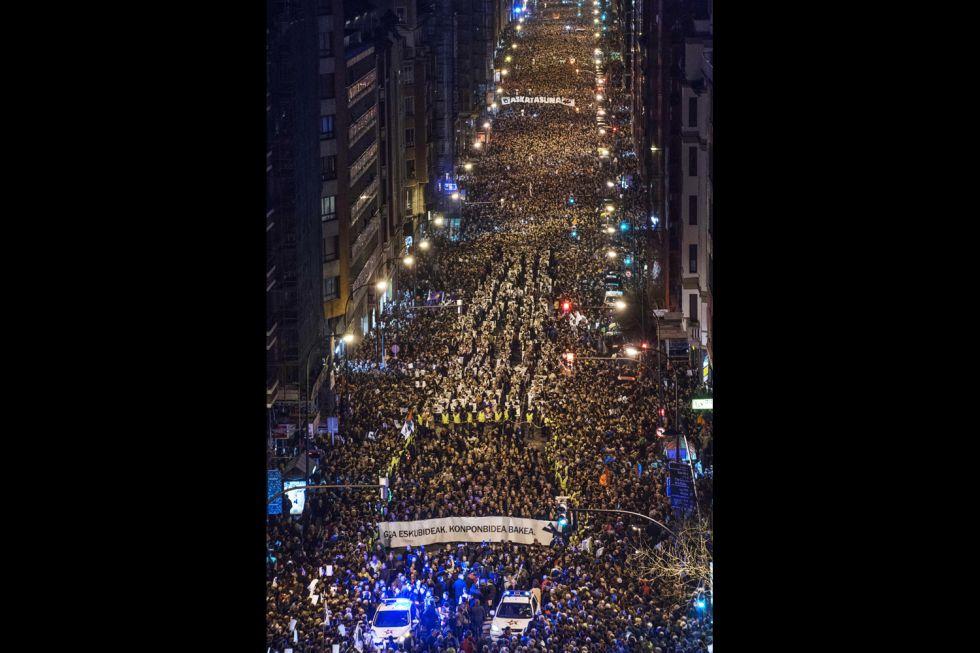 """Euskal Herria: Una multitud exige """"respeto a los derechos"""" de presos y exiliados. [vídeo] 1389461894_170544_1389465086_album_normal"""