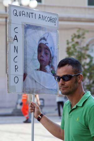Taranto (Italia): Cierre parcial de la siderurgia más grande de Europa, vinculada a miles de muertes consecuencia de emisiones tóxicas. 1346002790_565257_1346002950_sumario_normal