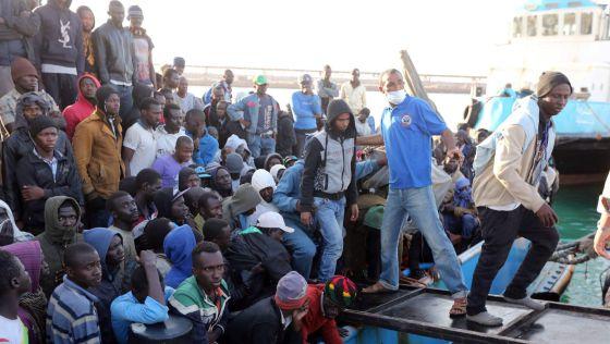 militar - La UE ultima su operación militar para frenar a las mafias en Libia 1431464967_140633_1431465397_noticia_normal