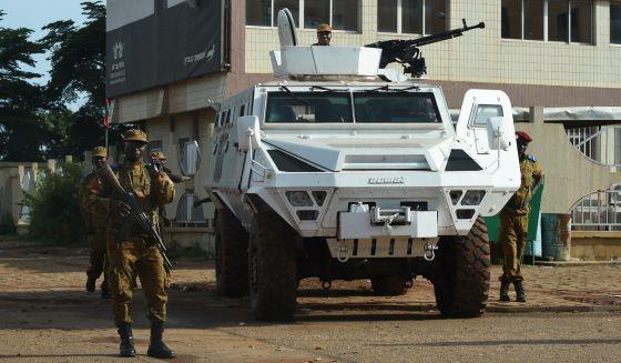 Burkina Faso: Queman el Parlamento y la oposición democrática protesta. 1442926668_450877_1442926825_noticia_normal