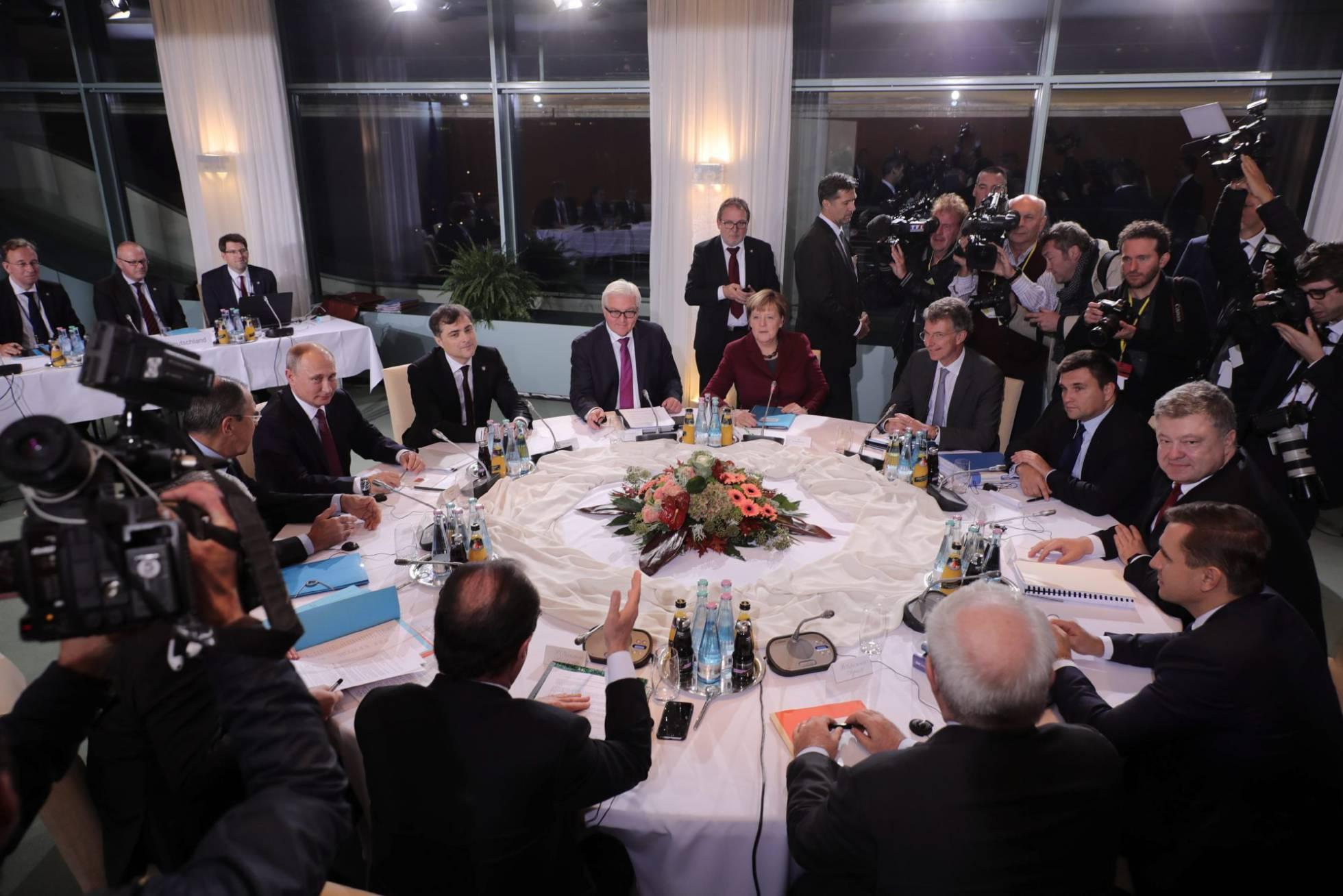Ucrania destituye al presidente Yanukovich. Rusia anexa la Peninsula de Crimea, separatistas armados atacan en el Este. - Página 29 1477234552_573734_1477328641_noticia_normal_recorte1