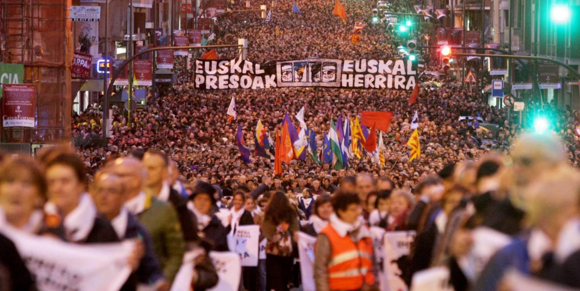 """Euskal Herria: Una multitud exige """"respeto a los derechos"""" de presos y exiliados. [vídeo] - Página 2 1484246368_087530_1484247738_noticia_normal_recorte1"""