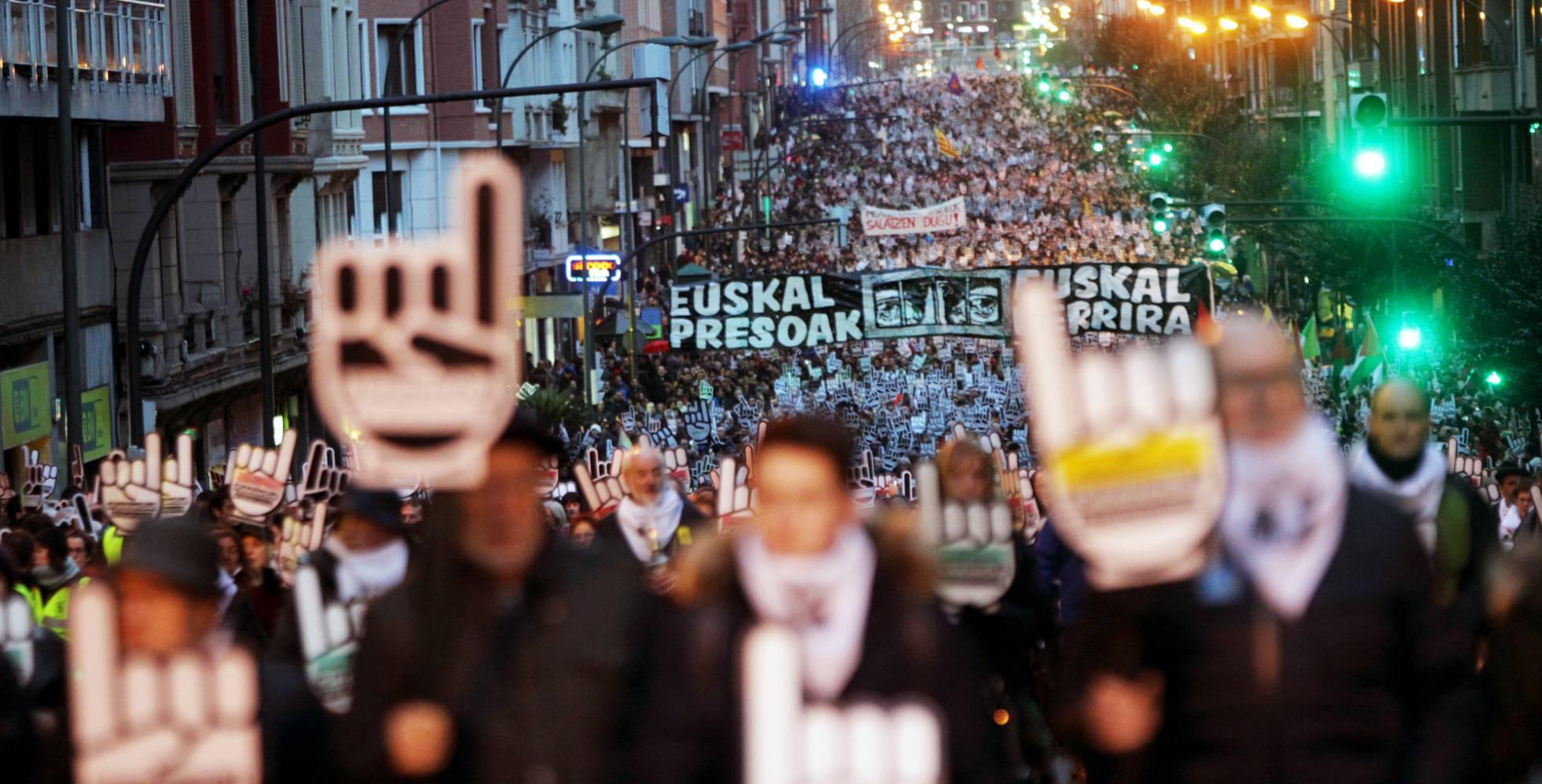 """Euskal Herria: Una multitud exige """"respeto a los derechos"""" de presos y exiliados. [vídeo] - Página 2 1484395523_677702_1484419887_noticia_normal_recorte1"""
