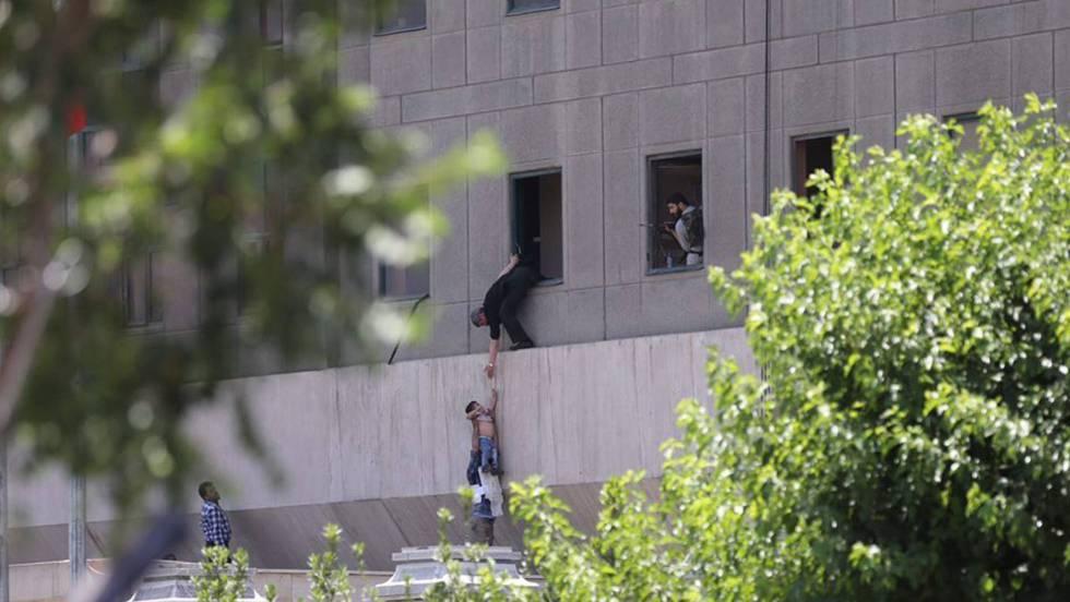Atentado terrorista en Irán. 1496818718_305472_1496833133_noticia_fotograma