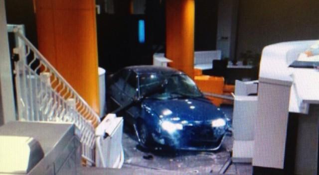 Un hombre estrella un coche en la sede del PP con dos bombonas de gas 1418971303_855583_1418982192_noticia_fotograma