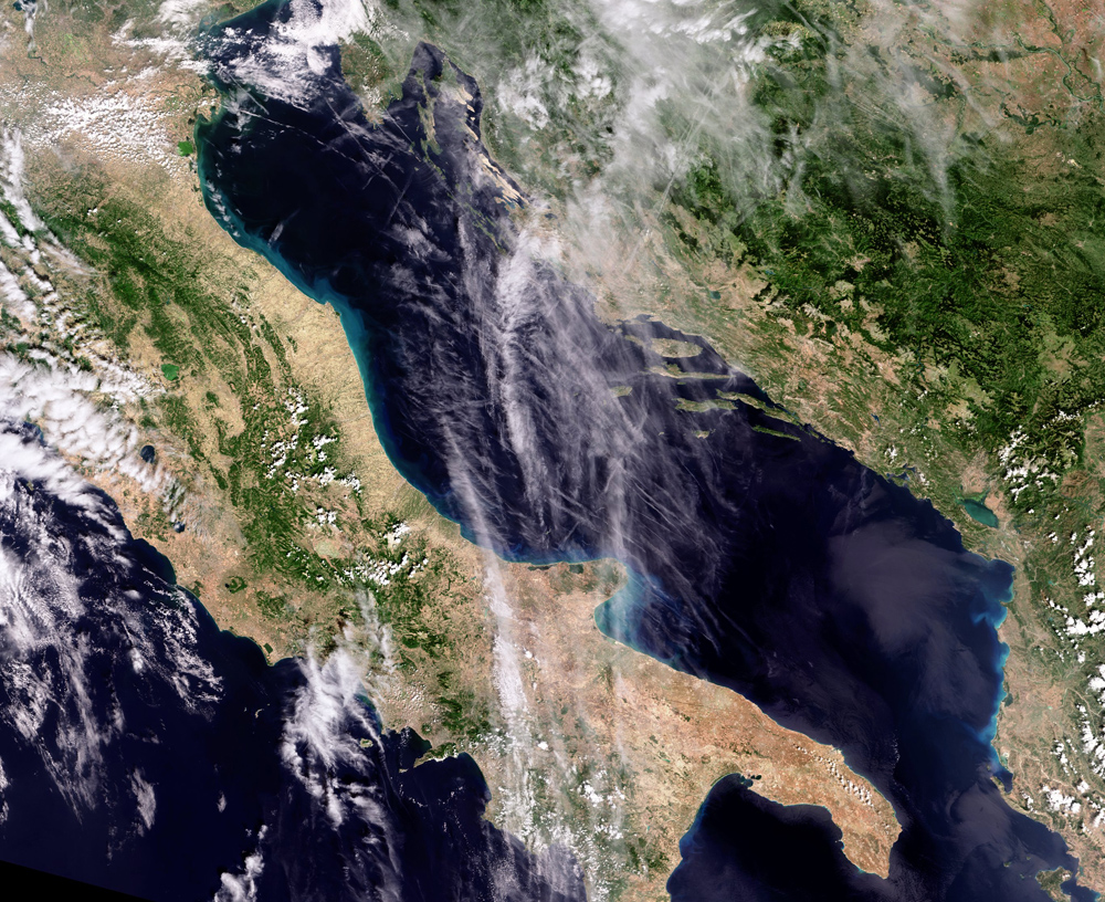 La Terre vue de l'Espace : Traînées de condensation MER_FRS_20080901_Orbit34015_geo_crop_H