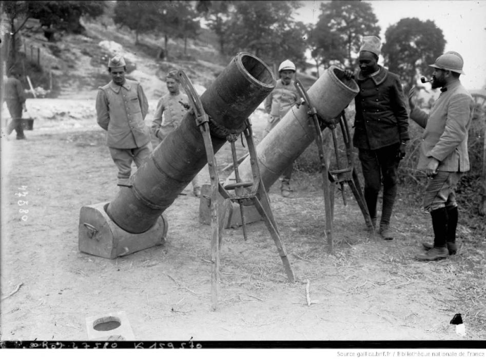 Los avances científicos en la Gran Guerra (fotos) Thumbs_canon-en-bois-de-tranchees-entoure-de-fils-dacier-bnf