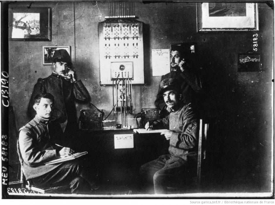 Los avances científicos en la Gran Guerra (fotos) Thumbs_poste-telephonique-au-commandement-dun-corps-bnf