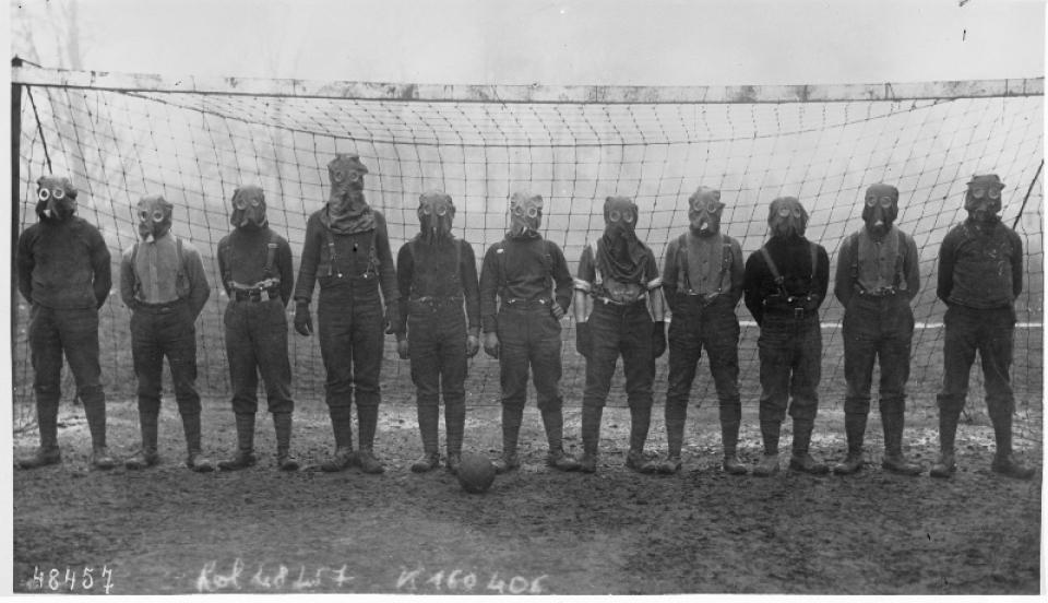 Los avances científicos en la Gran Guerra (fotos) Thumbs_soccer-team-of-british-soldiers-with-gas-masks