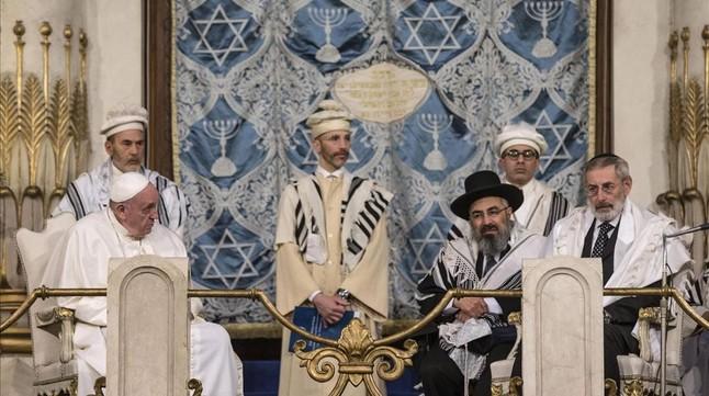 El Papa clama contra la violencia en nombre de Dios en la Sinagoga de Roma Papa-francisco-sentado-izquierda-imagen-durante-visita-gran-sinagoga-roma-1453059461071