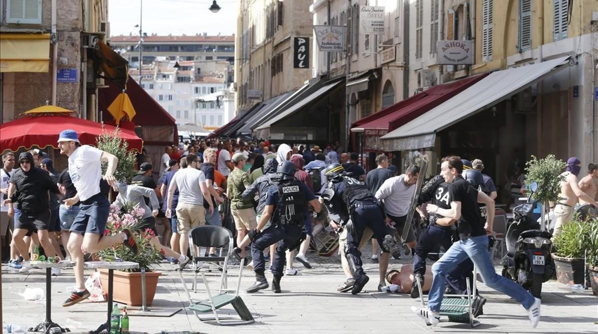 La estelada expedientada - Página 9 Disturbios-provocados-por-los-hooligans-centro-historico-marsella-1465662956982