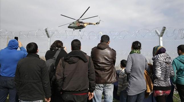 Migrantes proletarios y de otras clases, y Unión Europea - Página 21 Refugiados-agolpados-frontera-entre-grecia-macedonia-1456854953503