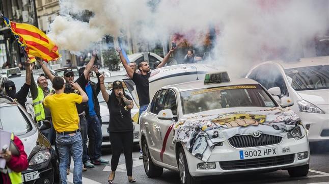 Fomento, la Comisión europea, taxistas, viajes compartidos y empresas que hacen negocio . Manifestacion-taxistas-valencia-contra-intrusismo-profesional-traves-aplicaciones-como-uber-cabify-1448561665553