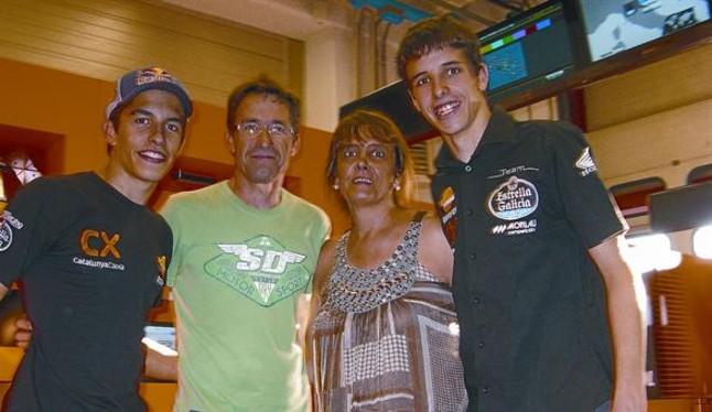 ¿Cuánto mide Marc Márquez? - Altura - Real height Julia-roser-padres-marc-alex-marquez-celebran-ayer-mugello-anuncio-honda-br--1342130070235