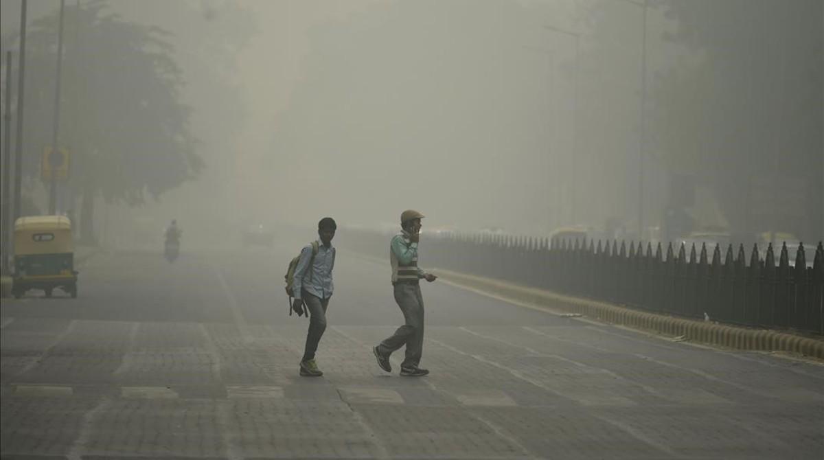 Polución capitalista: Ciudades contaminadas.  - Página 2 Peatones-medio-una-intensa-niebla-toxica-nueva-deli-1478427268939