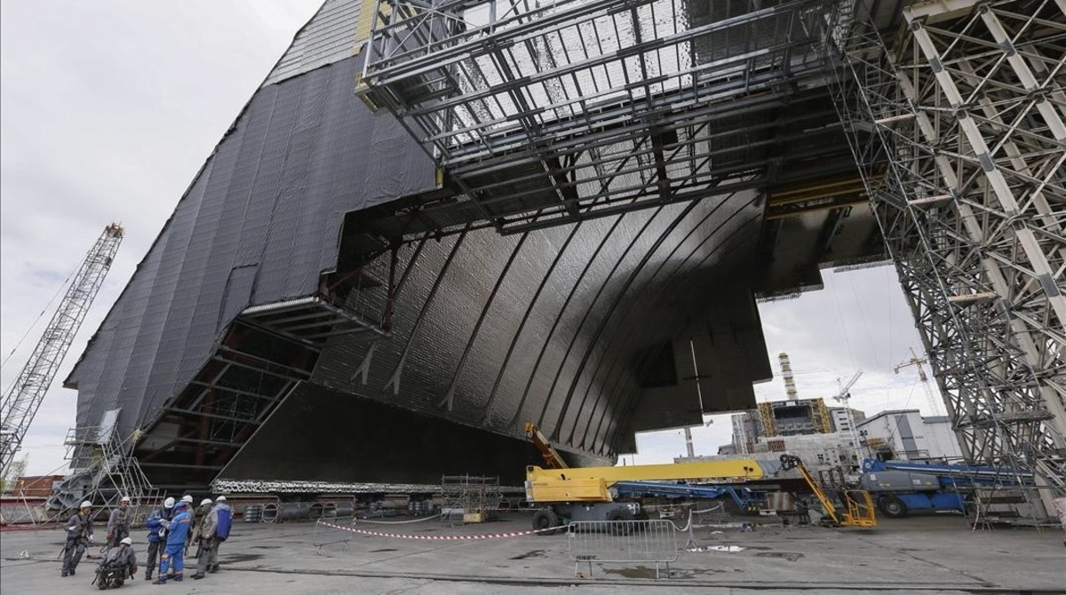 Chernóbil, radiactividad nuclear décadas después [infografía animada]. Vista-planta-nuclear-chernobil-desde-nueva-cubierta-protectora-que-construye-abril-del-2016-1461526069539