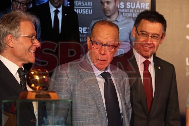 لويس سواريز الاسباني يُسلم كرته الذهبية لبرشلونة Luis-suarez-hace-entrega-balon-oro-museo-del-barcelona-1430337743330