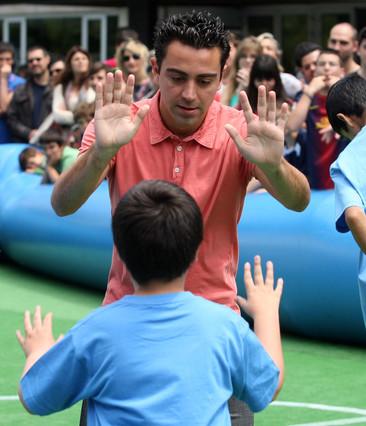 بالصوراللاعب الخلوق  تشافي هيرنانديز بجانب أطفال ذوي الاحتياجات الخاصة  1369236515251