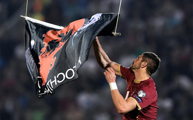 Nota$ sobre fútbol y capital. - Página 3 Stefan-mitrovic-recogiendo-dron-con-bandera-albania-1413395388581