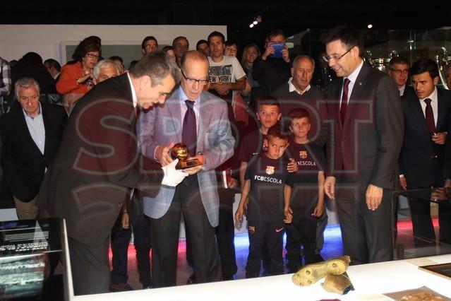لويس سواريز الاسباني يُسلم كرته الذهبية لبرشلونة Luis-suarez-hace-entrega-balon-oro-museo-del-barcelona-1430337743291