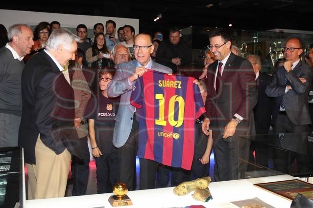 لويس سواريز الاسباني يُسلم كرته الذهبية لبرشلونة Luis-suarez-hace-entrega-balon-oro-museo-del-barcelona-1430337743372