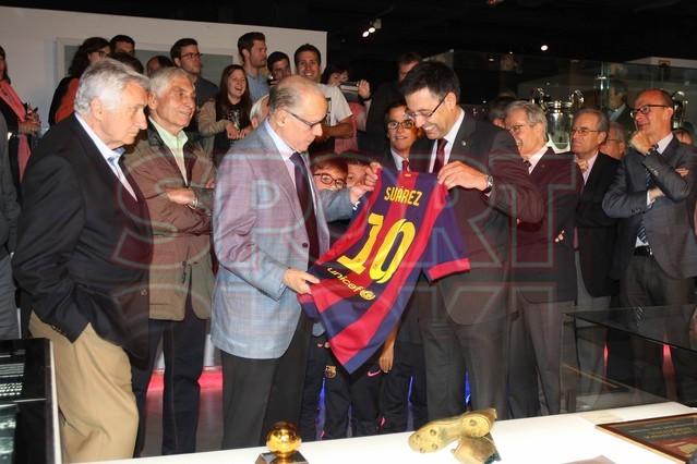 لويس سواريز الاسباني يُسلم كرته الذهبية لبرشلونة Luis-suarez-hace-entrega-balon-oro-museo-del-barcelona-1430337743323
