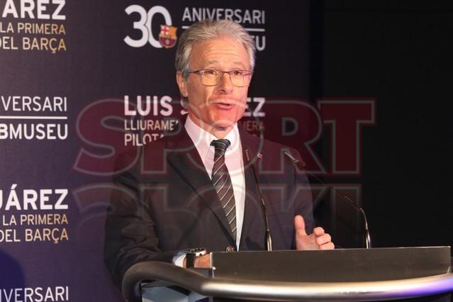 لويس سواريز الاسباني يُسلم كرته الذهبية لبرشلونة Luis-suarez-hace-entrega-balon-oro-museo-del-barcelona-1430337803153