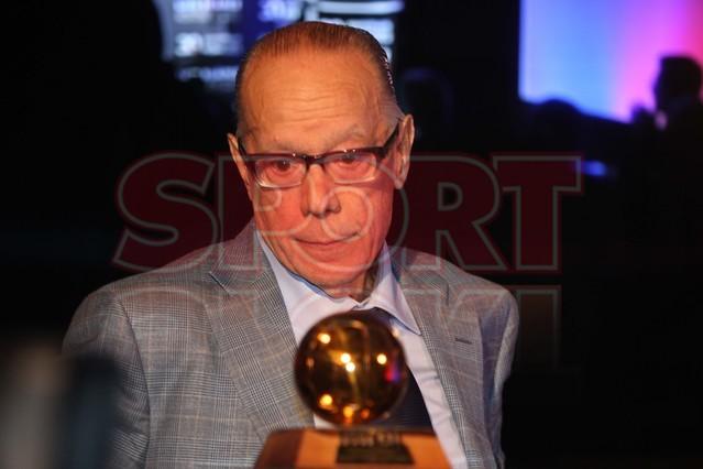 لويس سواريز الاسباني يُسلم كرته الذهبية لبرشلونة Luis-suarez-hace-entrega-balon-oro-museo-del-barcelona-1430337743344