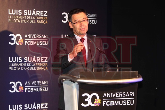 لويس سواريز الاسباني يُسلم كرته الذهبية لبرشلونة Luis-suarez-hace-entrega-balon-oro-museo-del-barcelona-1430337745544