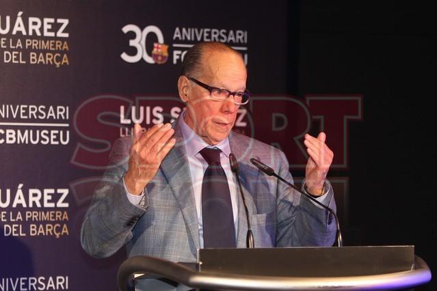 لويس سواريز الاسباني يُسلم كرته الذهبية لبرشلونة Luis-suarez-hace-entrega-balon-oro-museo-del-barcelona-1430337743365
