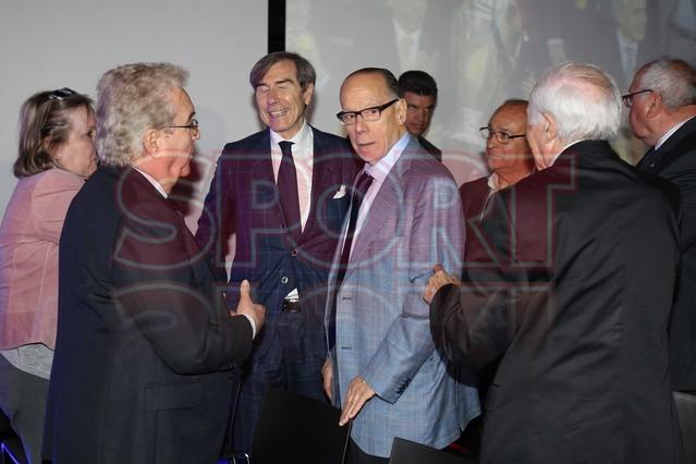 لويس سواريز الاسباني يُسلم كرته الذهبية لبرشلونة Luis-suarez-hace-entrega-balon-oro-museo-del-barcelona-1430337743336