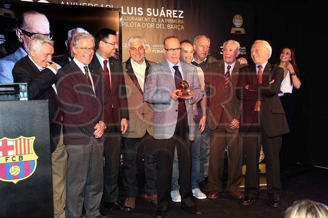 لويس سواريز الاسباني يُسلم كرته الذهبية لبرشلونة Luis-suarez-hace-entrega-balon-oro-museo-del-barcelona-1430337803156