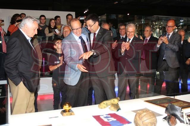 لويس سواريز الاسباني يُسلم كرته الذهبية لبرشلونة Luis-suarez-hace-entrega-balon-oro-museo-del-barcelona-1430337743327