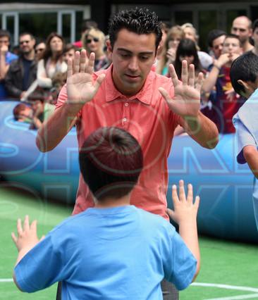 بالصوراللاعب الخلوق  تشافي هيرنانديز بجانب أطفال ذوي الاحتياجات الخاصة  1369236383567