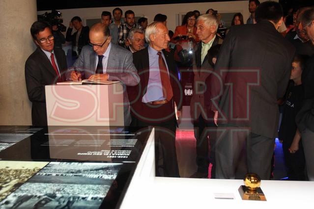 لويس سواريز الاسباني يُسلم كرته الذهبية لبرشلونة Luis-suarez-hace-entrega-balon-oro-museo-del-barcelona-1430337743358