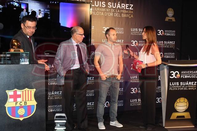 لويس سواريز الاسباني يُسلم كرته الذهبية لبرشلونة Luis-suarez-hace-entrega-balon-oro-museo-del-barcelona-1430337803158